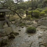 Petit cours d'eau dans les jardins de la propriété coloniale de Kobe